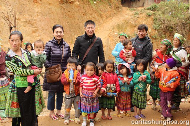 Người dân và trẻ nhỏ trong bản rất vui mừng khi được Cha đến thăm và tặng quà trong dịp đầu năm.